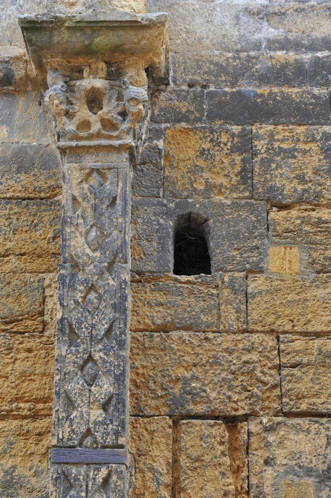 Marcigny - Eglise saint-Nicolas - Pilastre cannelé et chapiteau en façade