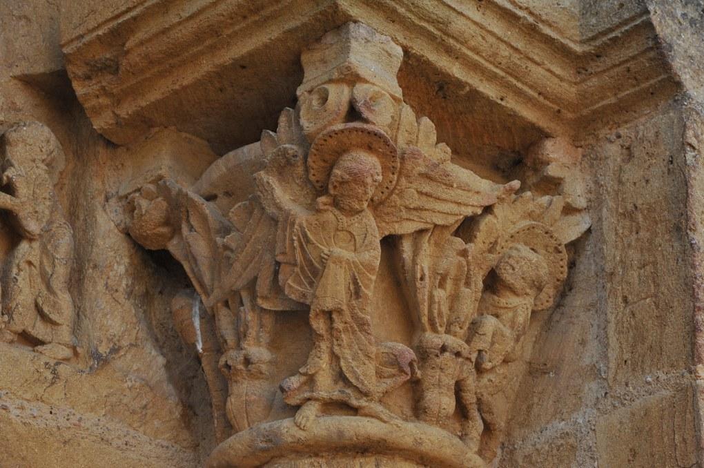Montceaux-l'Etoile - Eglise Saint-Pierre-et-Saint-Paul - Chapiteau du portail : un ange accompagne Jean l'Evangéliste