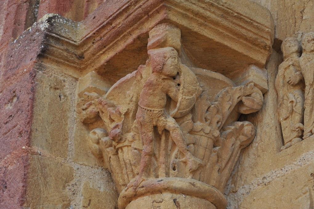 Montceaux-l'Etoile - Eglise Saint-Pierre-et-Saint-Paul - Chapiteau du portail : combat d'anges