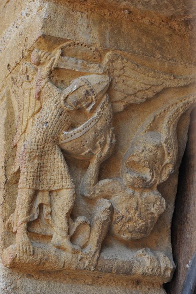 Montceaux-l'Etoile - Eglise Saint-Pierre-et-Saint-Paul - Corbeau : saint Michel habillé en homme d'arme du XIIe siècle vainc le Dragon