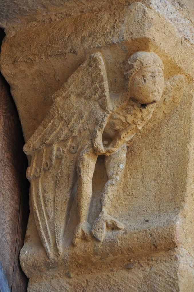 Montceaux-l'Etoile - Eglise Saint-Pierre-et-Saint-Paul - Corbeau du portail : ange ou être fantastique