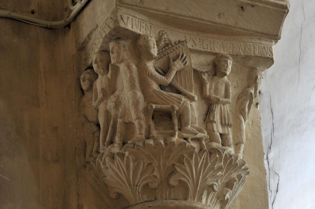 Saint-Pierre-le-Moûtier - Priorale saint-Pierre - Chapiteau de la nef : le harpiste avec la mention Vivenctus Giraldus Filius.