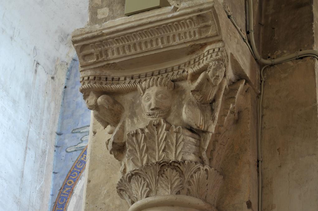 Saint-Pierre-le-Moûtier - Priorale Saint-Pierre - Chapiteau de la nef : masque et hommes