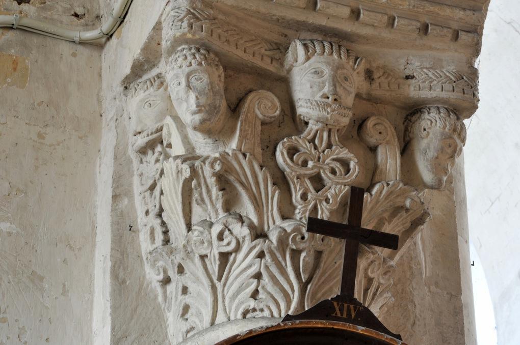 Saint-Pierre-le-Moûtier - Priorale Saint-Pierre - Chapiteau de la nef : masque encadré par des têtes humaines dans les feuillages