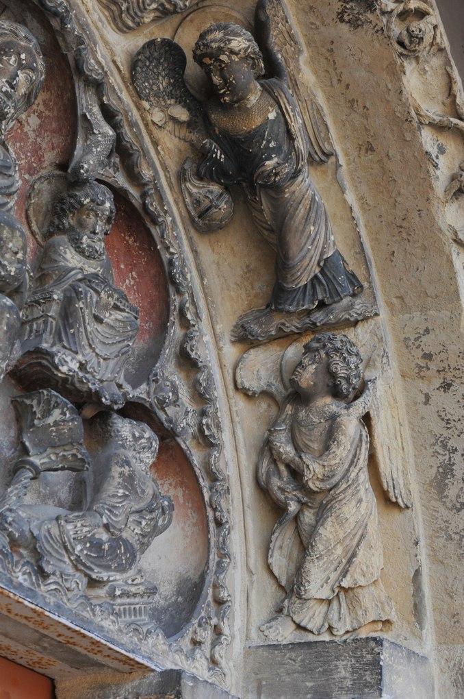 Saint-Pierre-le-Moûtier - Ancienne priorale Saint-Pierre - Portail nord (fin XIIe siècle) : anges thuriféraires (voussure)