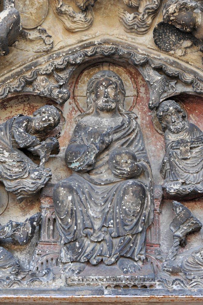 Saint-Pierre-le-Moûtier - Ancienne priorale Saint-Pierre - Portail nord (fin XIIe siècle) : Christ bénissant et tenant le globe du monde
