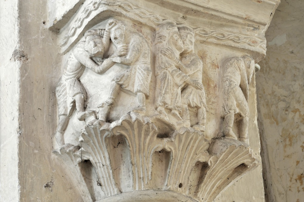 Saint-Pierre-le-Moûtier - Priorale Saint-Pierre - Chapiteau de la nef : les lutteurs et le baiser de paix