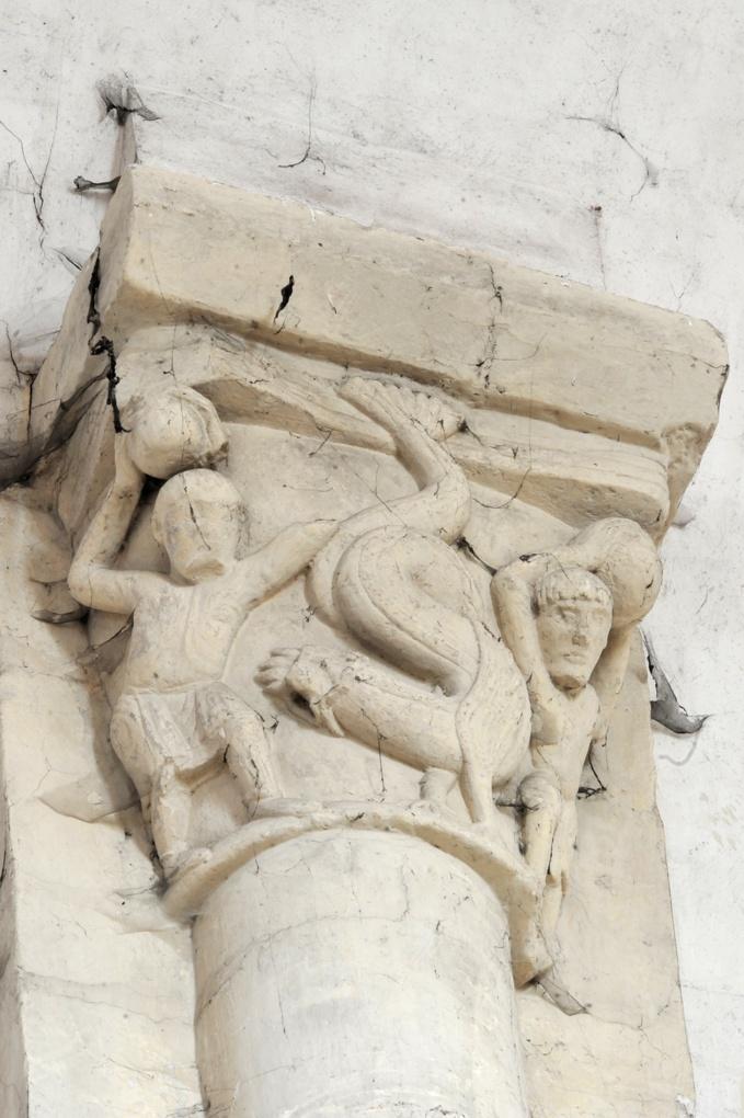Saint-Pierre-le-Moûtier - Priorale Saint-Pierre - Chapiteau du haut : deux hommes luttent contre un animal fabuleux