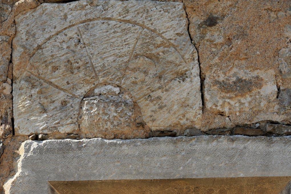 Saint-Vallerin - Eglise Saint-Valérien - Fenêtre romane murée (XIIe siècle)