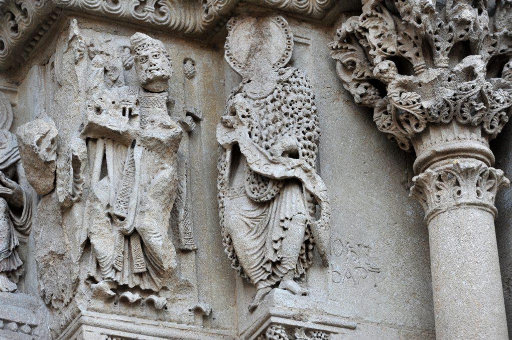 Charlieu - Grand portail nord du narthex (v. 1150) : Jean-Baptiste (à droite) et Radbert (?) à gauche