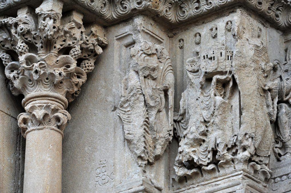 Charlieu - Grand portail nord du narthex (v. 1150) : Le roi Boson porte l'église nouvellement fondée (?)