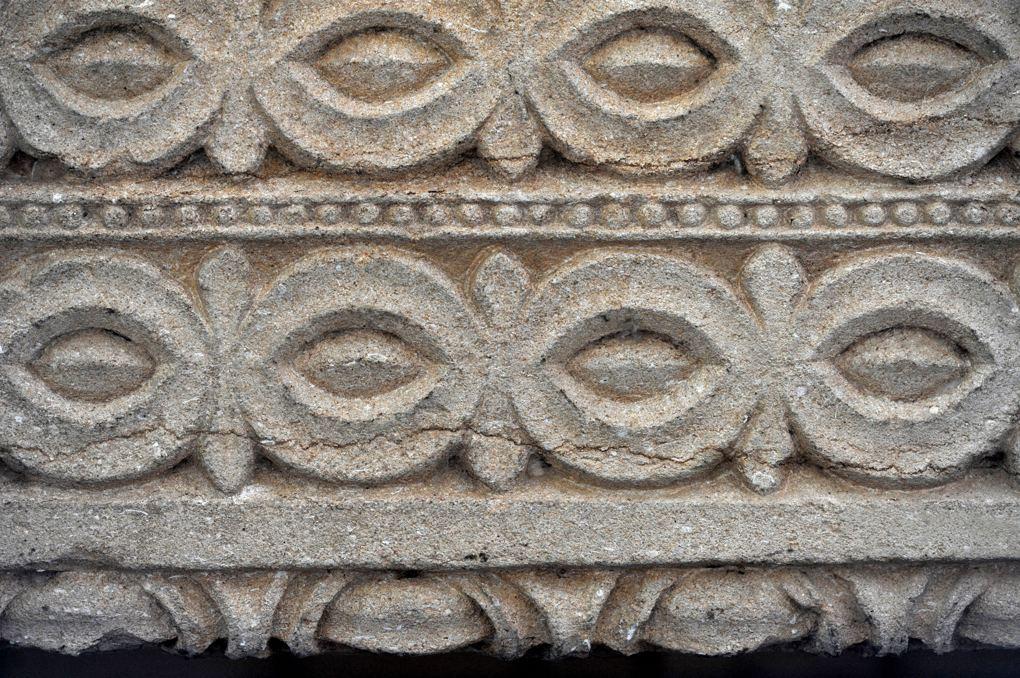 Charlieu - Grand portail nord du narthex (v. 1150) : décor du linteau (à comparer avec celui de Saint-Julien-de-Jonzy)
