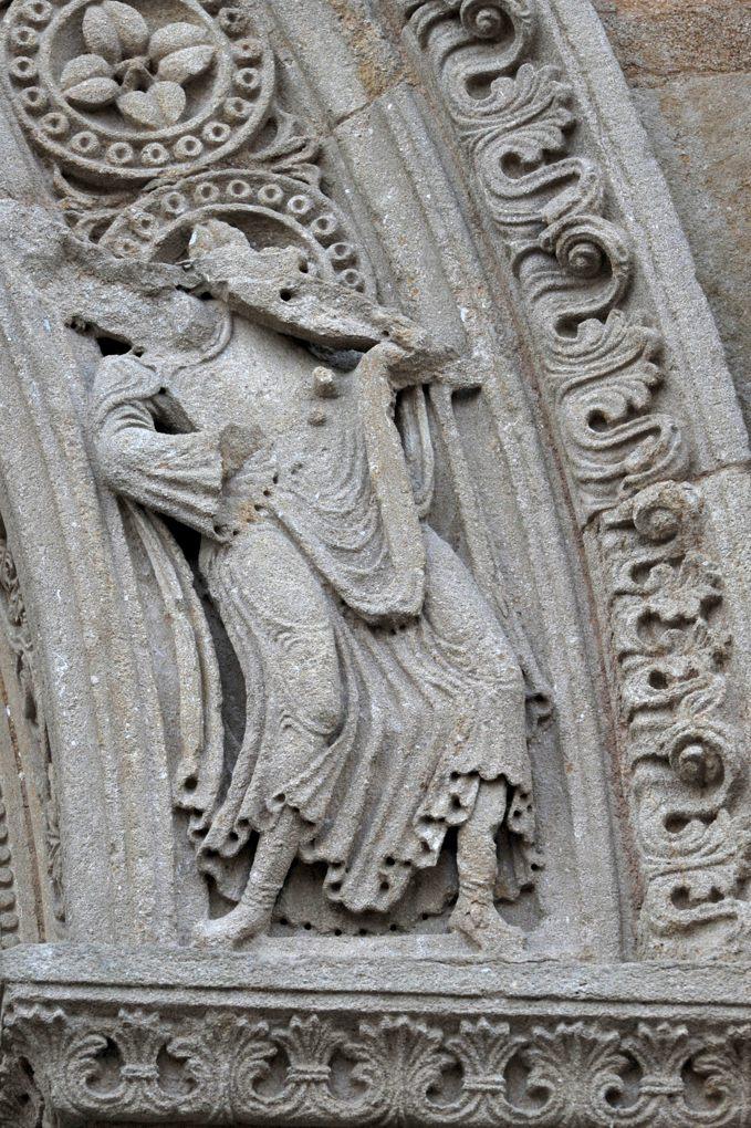 Charlieu - Grand portail nord du narthex (v. 1150) : un Vieillard de l'Apocalypse (?)