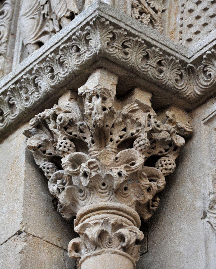 Charlieu - Portails nord du narthex (v. 1150) : chapiteau à comparer avec ceux de Saint-Julien-de-Jonzy