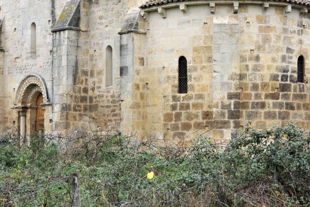 Chevenon - Eglise Saint-Laurent à Jaugenay (XIIe siècle) - Abside et portail, côté sud