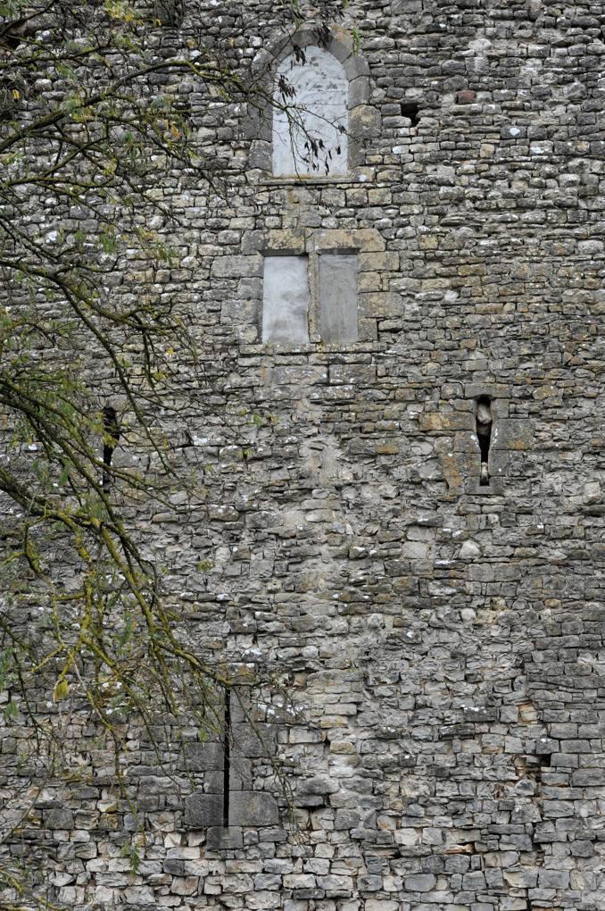 Luthenay-Uxeloup - Château de Rosemont (XIVe siècle) - Baies murées et dispositifs de défense