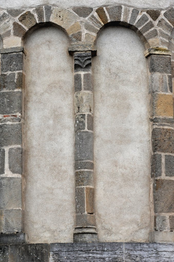 Luthenay-Uxeloup - Eglise Saint-Aignan (XIIe siècle) - Arcatures aveugles de l'abside à l'extérieur