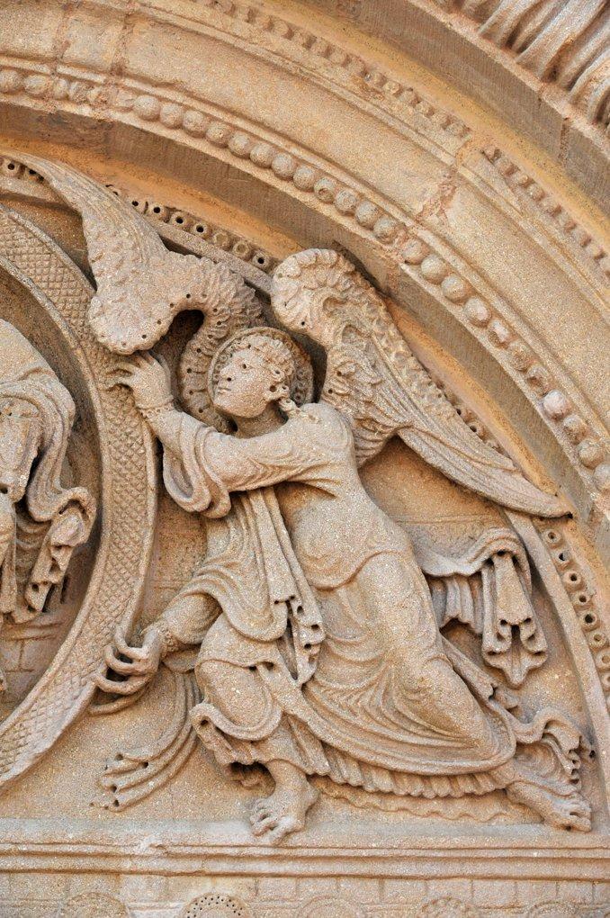 Saint-Julien-de-Jonzy - Eglise saint-Julien - Ange du tympan