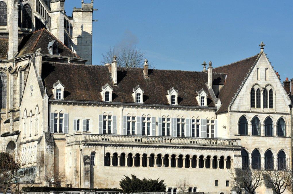 Auxerre - L'évêché et sa galerie romane (v. 1130)