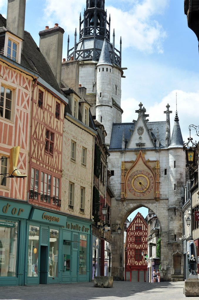 Auxerre - Tour de l'Horloge (1483) et maisons à pans de bois (XVe-XVIe siècle)