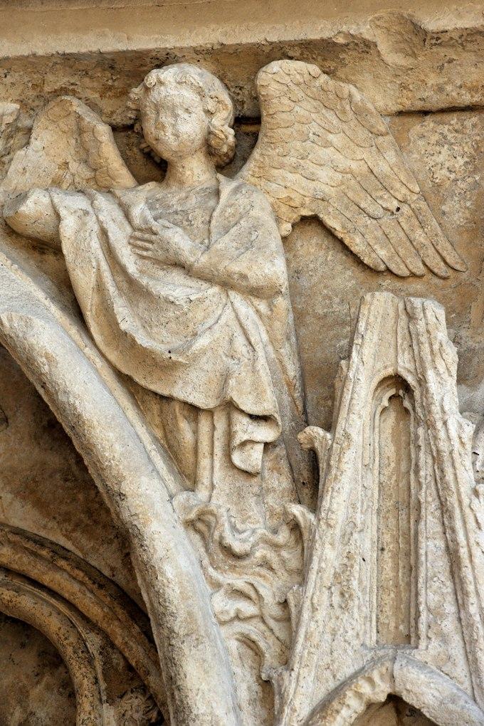 Auxerre - Cathédrale Saint-Etienne (XIe-XVIe siècle) -portail occidental : ange