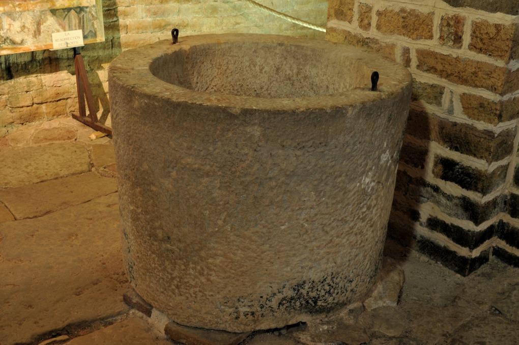 Martailly-lès-Brancion - Eglise Saint-Pierre de Brancion (XIIe siècle) : cuve baptismale romane