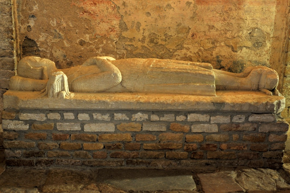 Martailly-lès-Brancion - Eglise Saint-Pierre de Brancion (XIIe siècle) : gisant (XIIIe siècle) de Josserand IV de Brancion, mort en 1250