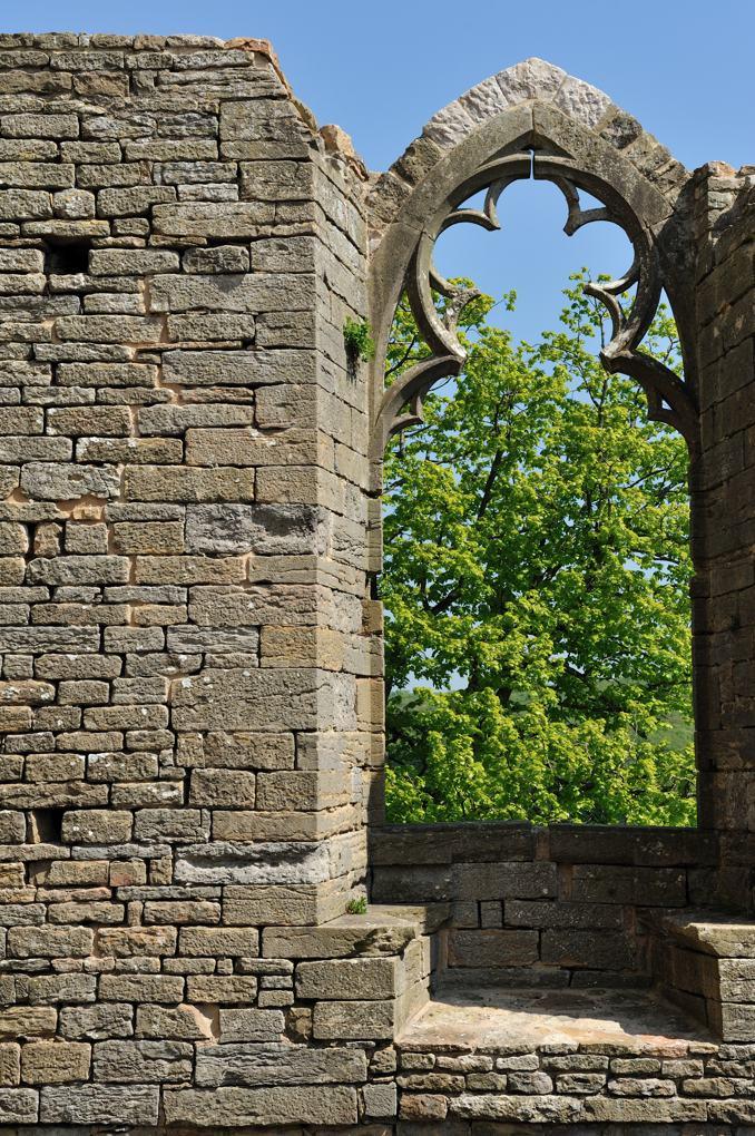 Martailly-lès-Brancion - Château de Brancion (Xe-XIVe siècle) : baie gothique