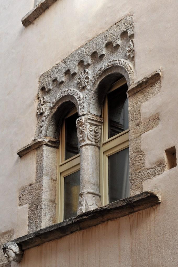 Cluny - Maison romane : baie du XIIe siècle