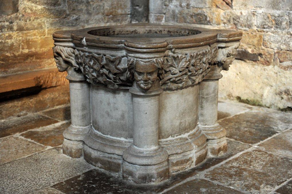 Cluny - Eglise Notre-Dame (XIIIe siècle) - Cuve baptismale gothique