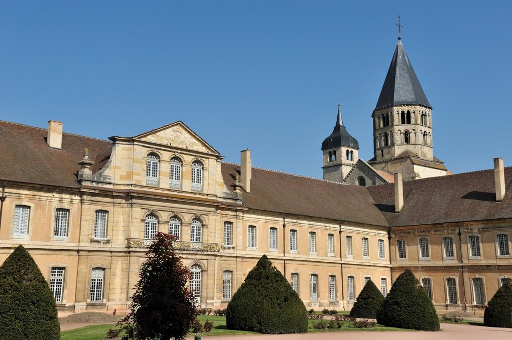 Cluny - Les bâtiments du XVIIIe siècle et le clocher de l'Eau Bénite