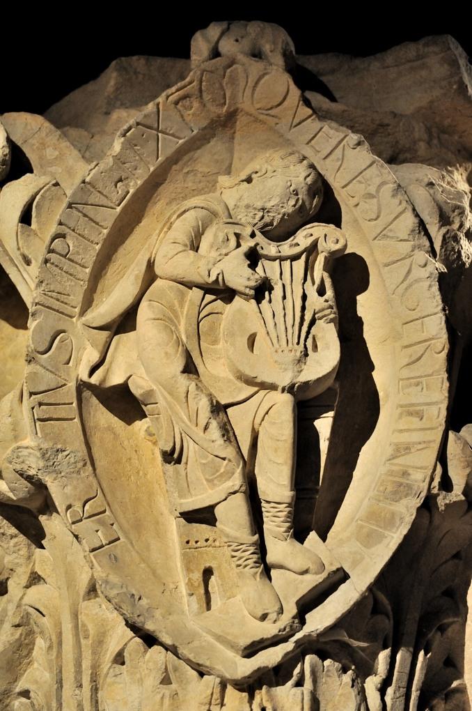 Cluny - Détail d'un chapiteau du rond-point (v. 1110) : les tons de la musique