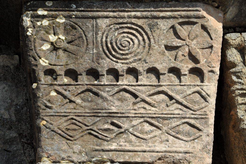 Farges-lès-Mâcon - Eglise Saint-Barthélémy : chapiteau à décor géométrique