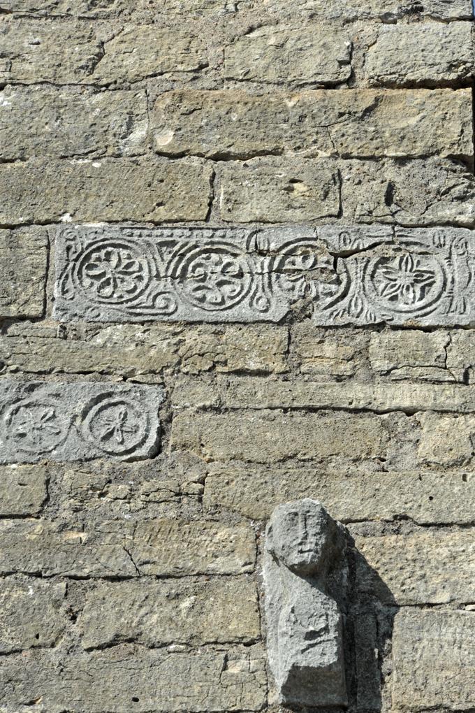 Farges-lès-Mâcon - Eglise Saint-Barthélémy : sculptures extérieures en méplat à décor géométrique et protomé