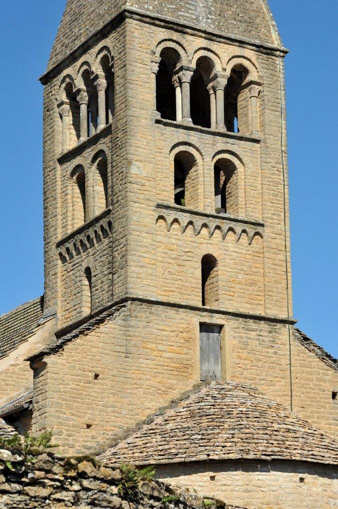 La Vineuse - Eglise Notre-Dame-de-l'Assomption : le clocher et l'abside (début du XIIe siècle)