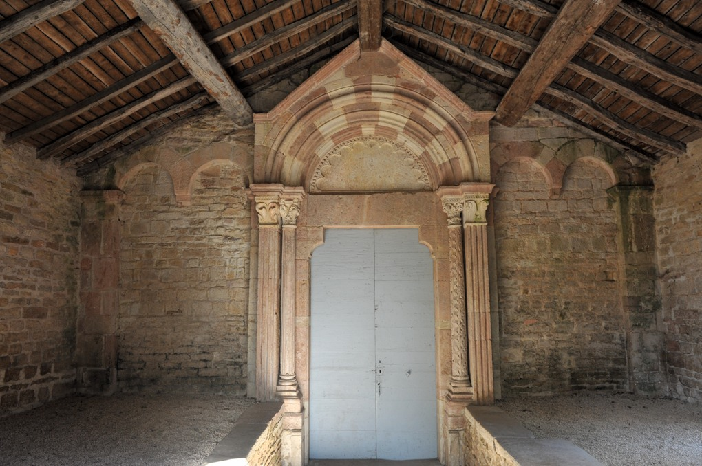 Le Villars - Eglise Sainte-Marie-Madeleine : le porche du milieu du XIIe siècle
