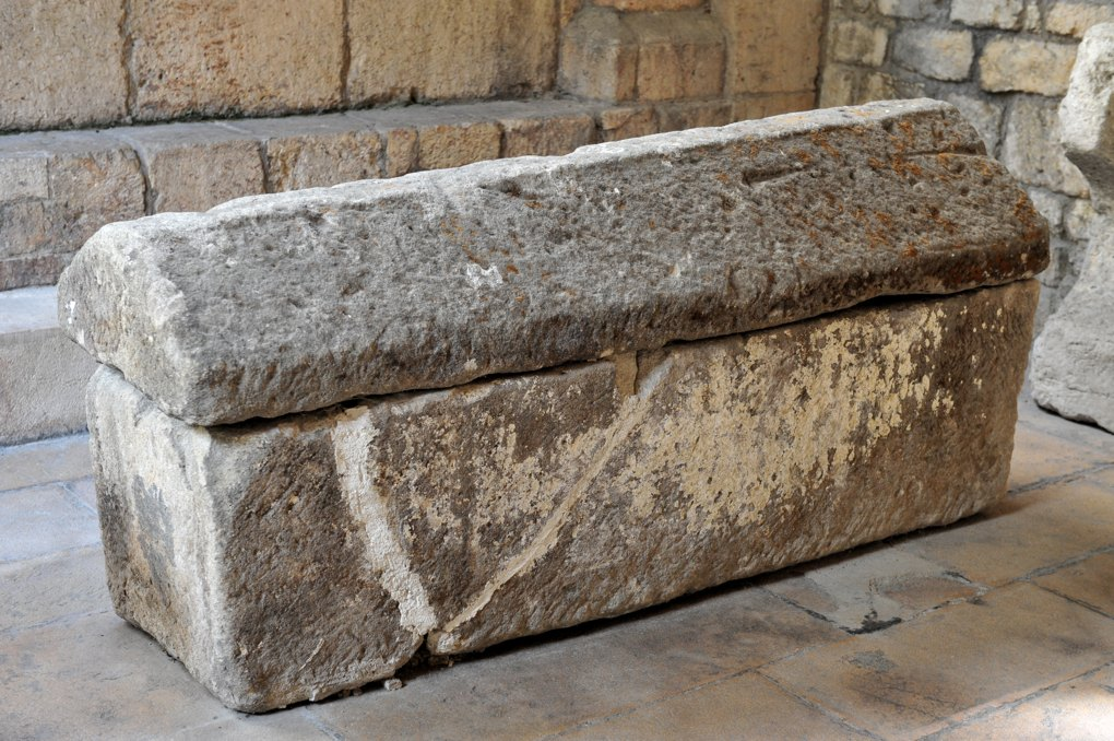 Mâcon - Vieux-Saint-Vincent : sarcophage dans le narthex