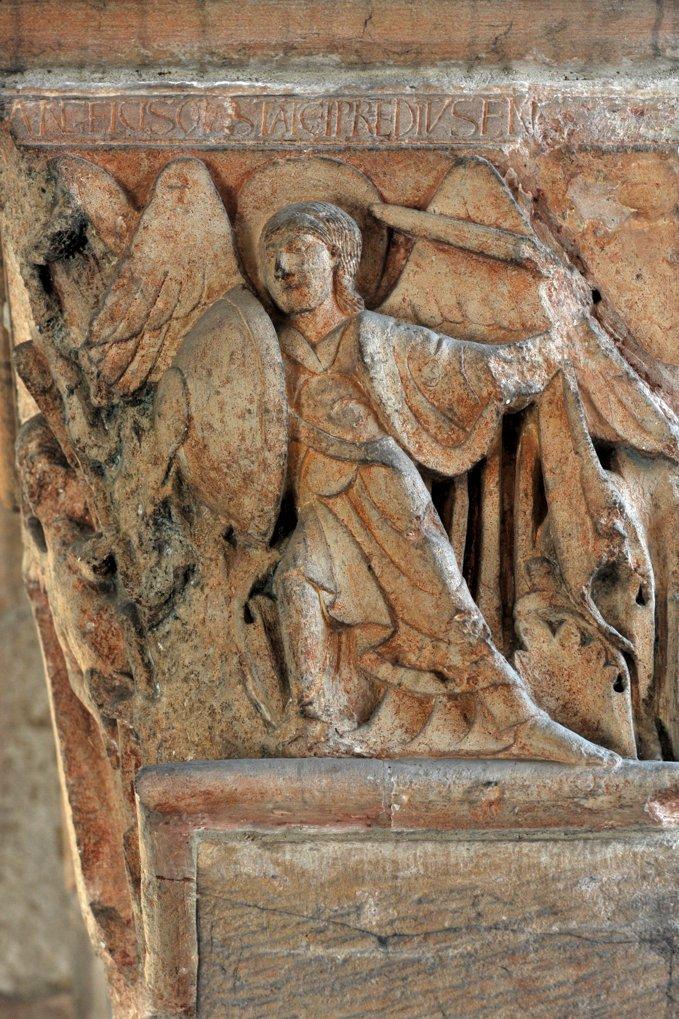 Mâcon - Vieux-Saint-Vincent - chapiteau : l'archange Saint-Michel combat le démon