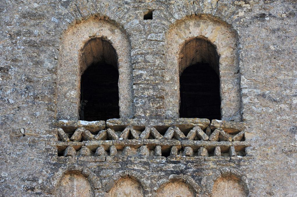 Massy - Ancienne priorale Saint-Martin : arcatures et bandes décoratives à dents d'engrenage et dents de scie du clocher