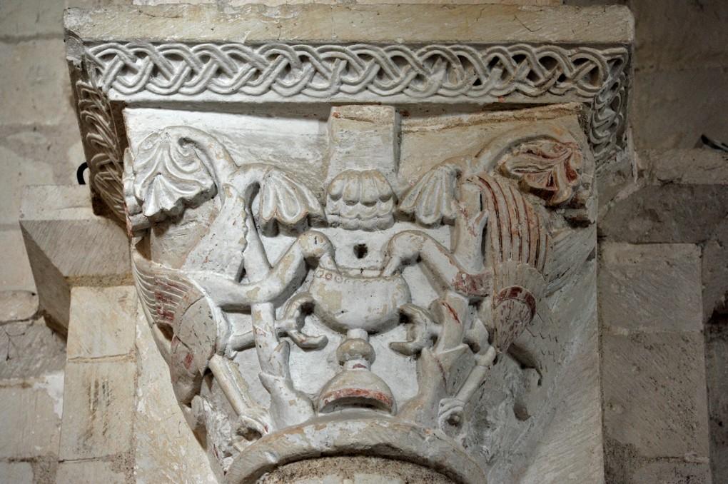 Laroche-Saint-Cydroine - Eglise saint-Cydroine (XIe-XIIe siècle) - Chapiteau : oiseaux buvant au calice