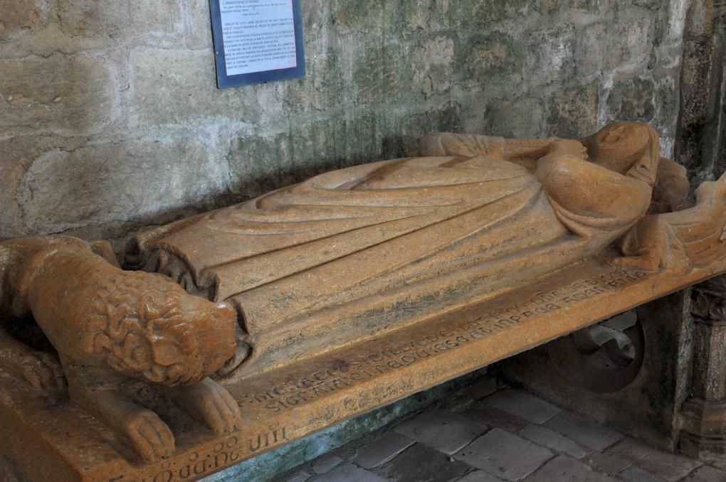 Saint-Germain-en-Brionnais - Eglise Saint-Germain-et-Saint-Benoît (XIIe siècle) : gisant de Sybille de Luzy (v. 1300)
