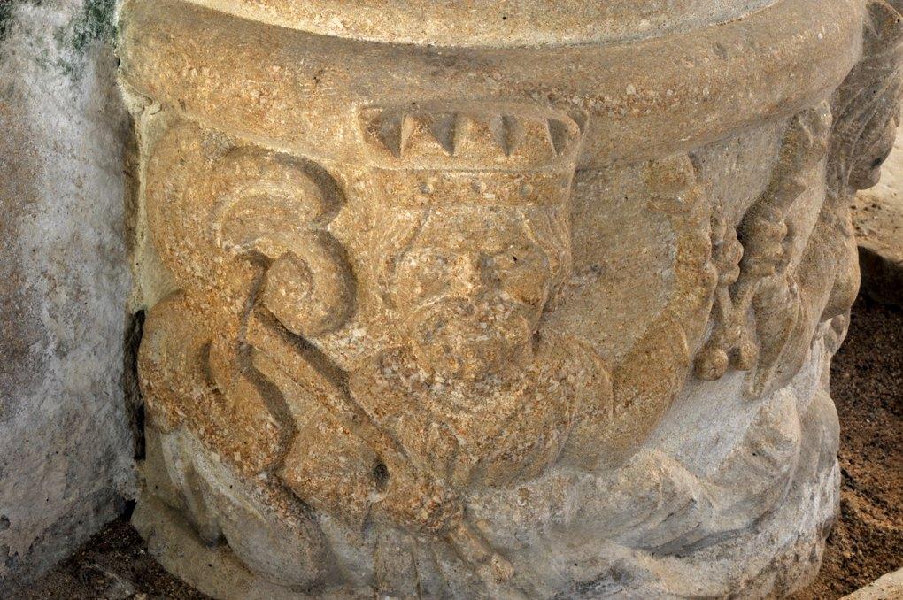 Saint-Laurent-en-Brionnais - Eglise Saint-Laurent (XIIe siècle - Base de colonne : un roi