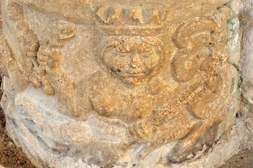Saint-Laurent-en-Brionnais - Eglise Saint-Laurent (XIIe siècle - Base de colonne : une reine