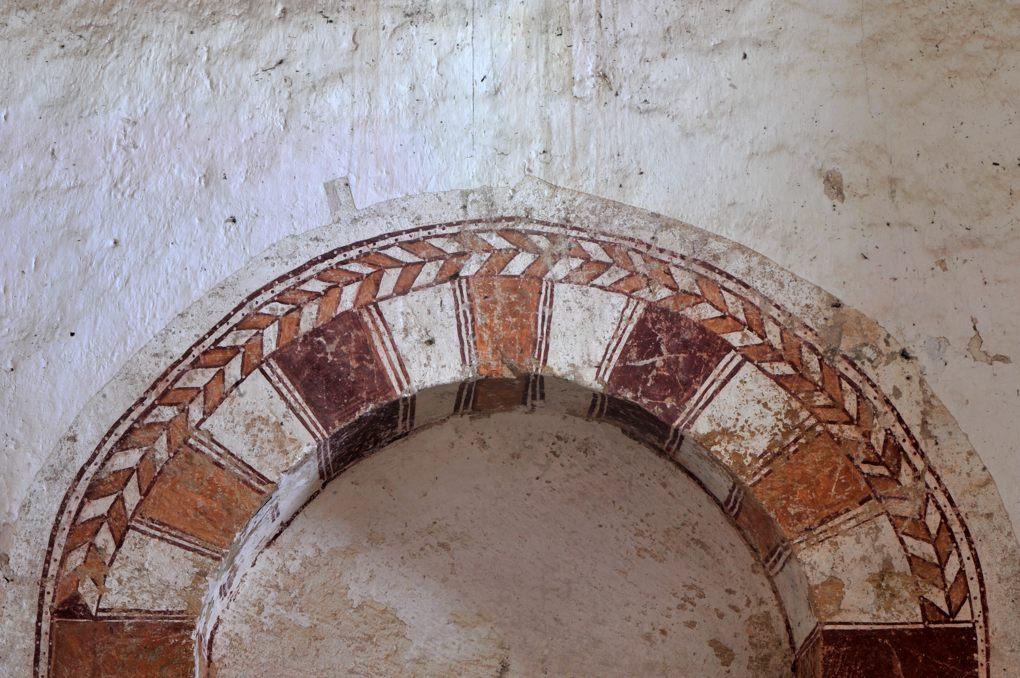 Semur-en-Brionnais - Eglise Saint-Martin-la-Vallée (XIIe siècle) - Arc du portail ouest, décoré de peintures
