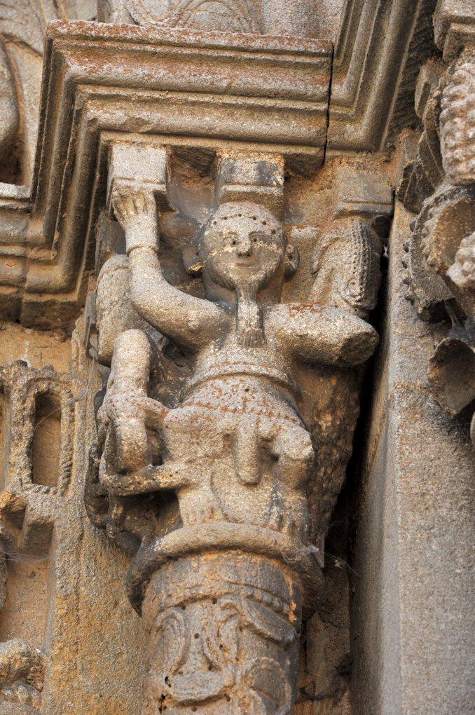 Semur-en-Brionnais - Ancienne collégiale Saint-Hilaire (XIIe siècle) - Chapiteau du tympan ouest : atlante aux attributs sexuels découverts