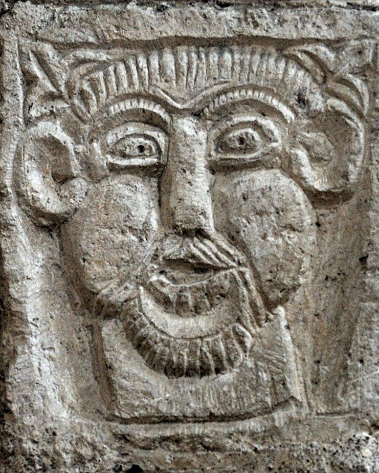 Tournus - Abbatiale Saint-Philibert : sculpture figurative à la retombée de l'arc de Gerlannus (Narthex)