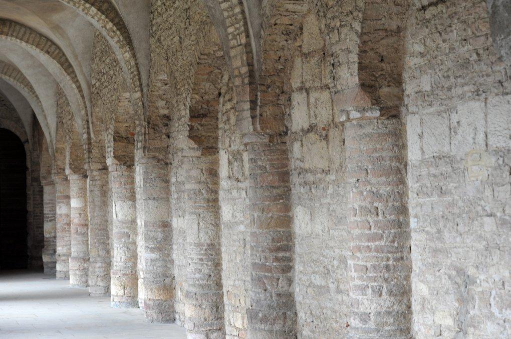 Tournus - Abbaye Saint-Philibert : aile nord du cloître