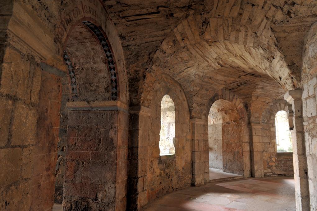 Tournus - Abbaye Saint-Philibert - La crypte : déambulatoire et chapelles rayonnantes