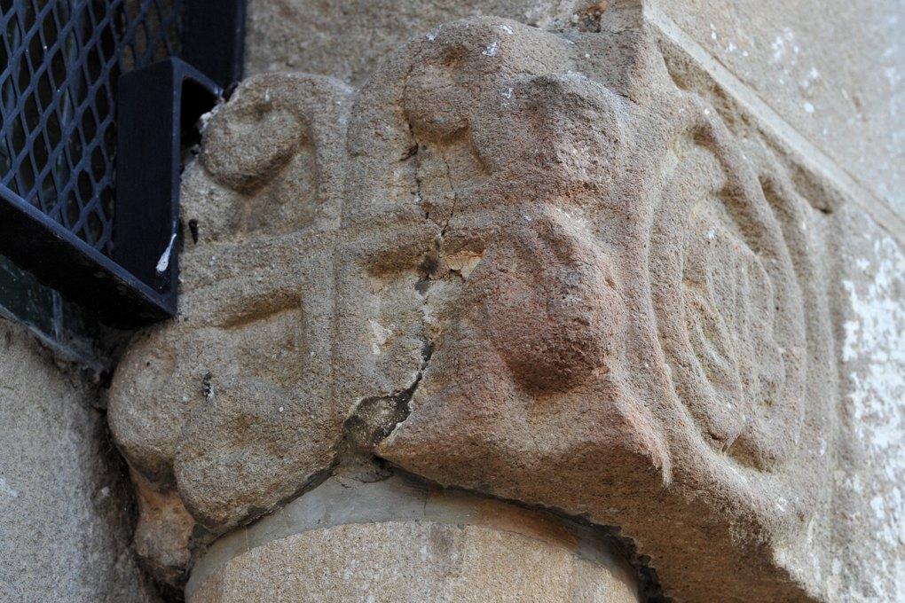Vareilles - Eglise Saint-Martin : corbeau du portail : croix ancrée stylisée