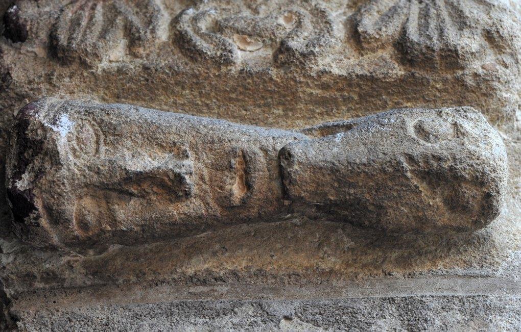 Vareilles - Eglise Saint-Martin - corbeau du portail : un chien mord le menton d'un homme